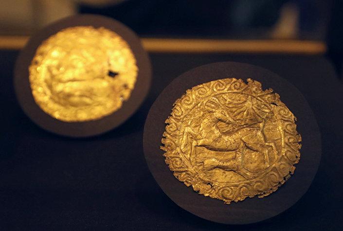 Peças de tecido decoradas com ouro do túmulo do faraó Tutancâmon no Museu Egípcio do Cairo