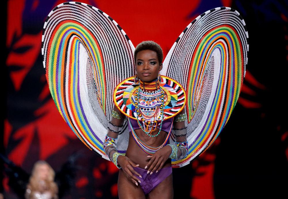 Modelo Maria Borges durante o show da Victoria's Secret em Xangai, China