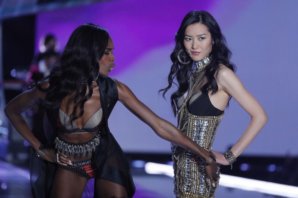 Modelo Leomie Anderson durante o desfile da Victoria's Secret em Xangai, China