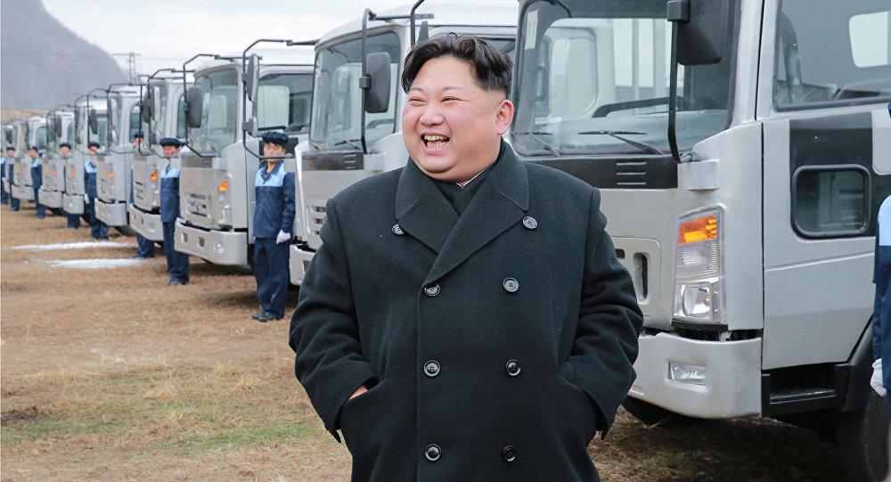 Líder norte-coreano Kim Jong-un durante visita a uma fábrica de caminhões do país asiático
