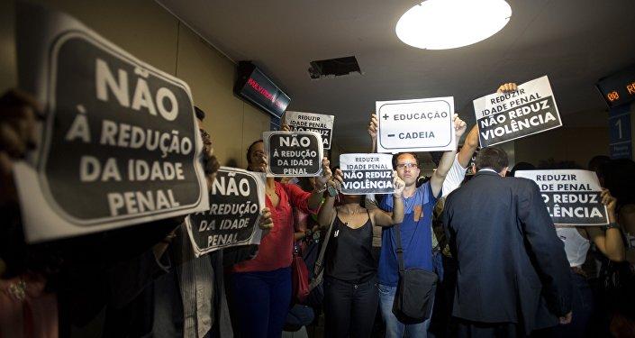 Manifestantes protestam contra a redução da maioridade penal