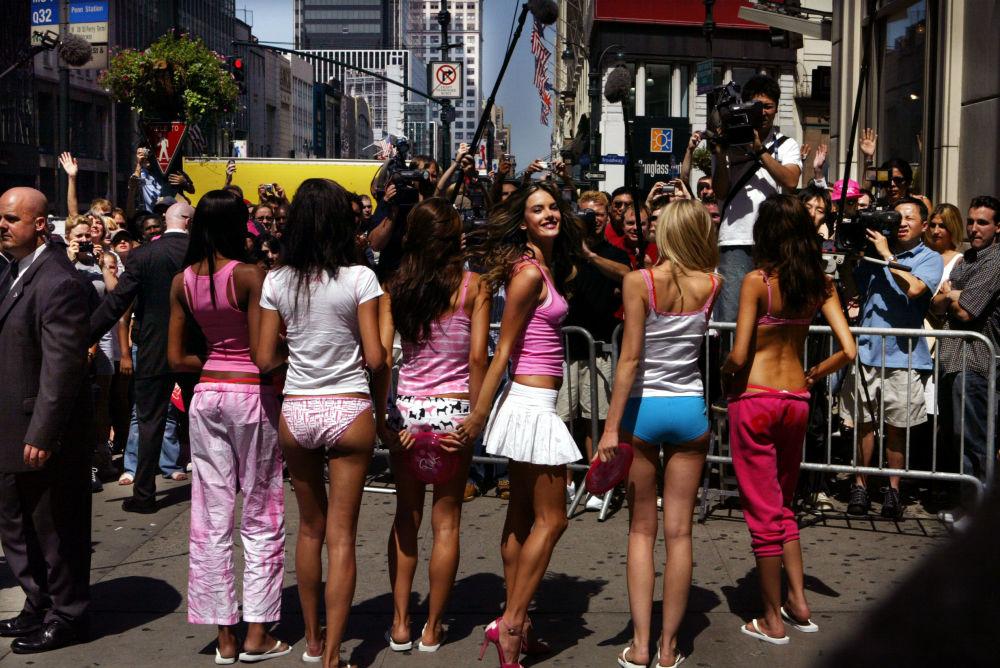Alessandra Ambrósio apresenta coleção Pink em Nova York, julho de 2004