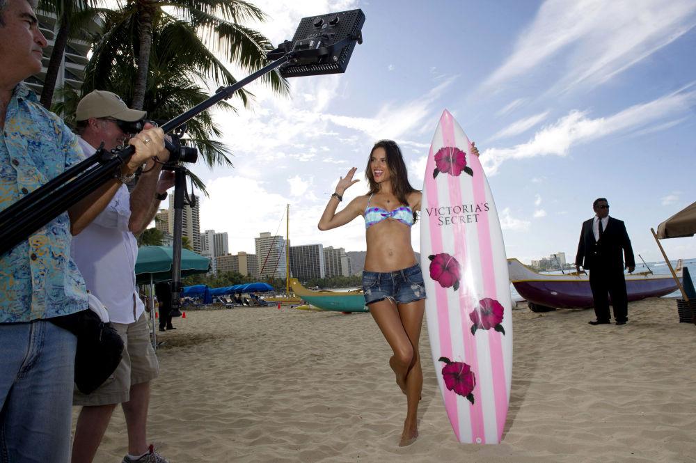Alessandra Ambrósio posa para comercial da Victoria's Secret em 2011