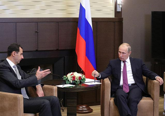 O presidente da Síria, Bashar Assad, conversa com o seu homólogo russo, Vladimir Putin, em 20 de novembro de 2017