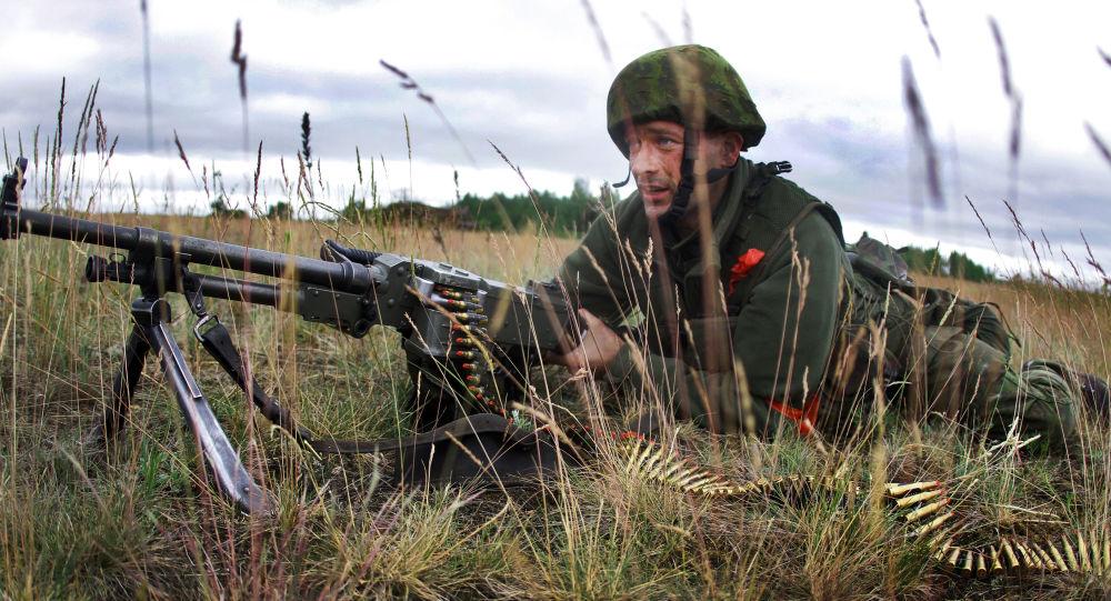 Soldado lituano durante as manobras da OTAN Saber Strike, na Lituânia