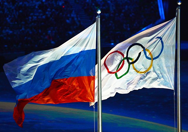 Levantamento da bandeira russa durante a Cerimônia de Encerramento dos XXII Jogos Olímpicos em Sochi