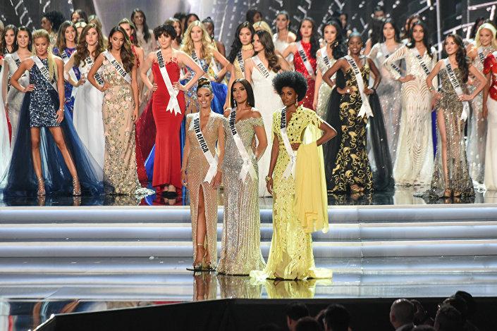 As três finalistas do Miss Universo 2017 (da esquerda à direita): Miss África do Sul 2017, Demi-Leigh Nel-Peters, Miss Colômbia 2017, Laura González e Miss Jamaica 2017, Davina Bennett
