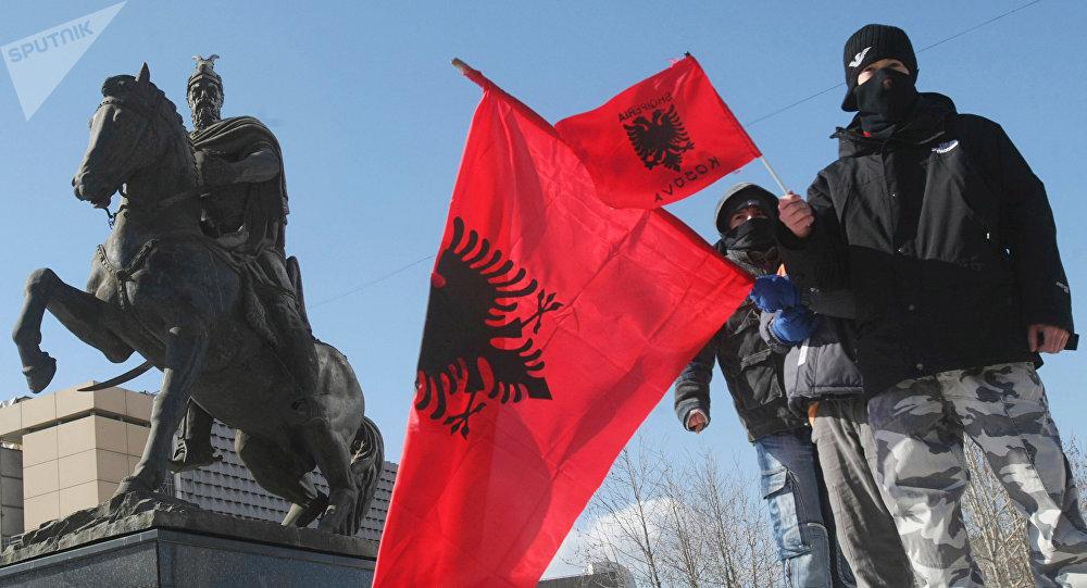 Bandeiras da Albânia em Pristina, capital do Kosovo