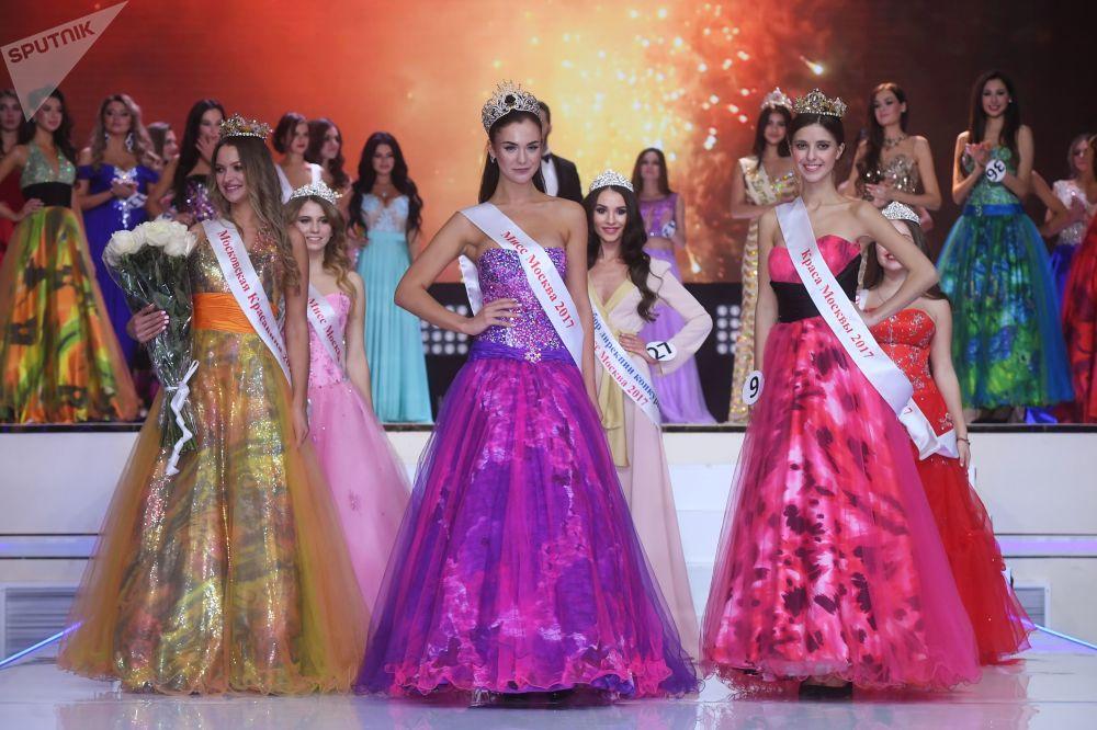 Vencedora do concurso Miss Moscou 2017, Elizaveta Lopatina (centro) com outras participantes