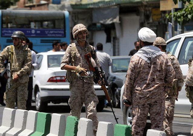 Membros da Guarda Revolucionária iraniana fora do parlamento iraniano durante o ataque contra complexo em Teerã, em 7 de junho de 2017
