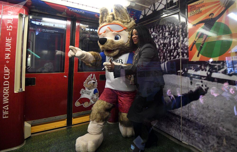 Secretária-geral da FIFA, Fatma Samoura, perto do mascote oficial da Copa do Mundo de 2018, lobo Zabivaka, no trem especialmente desenhado para o maior evento futebolístico russo