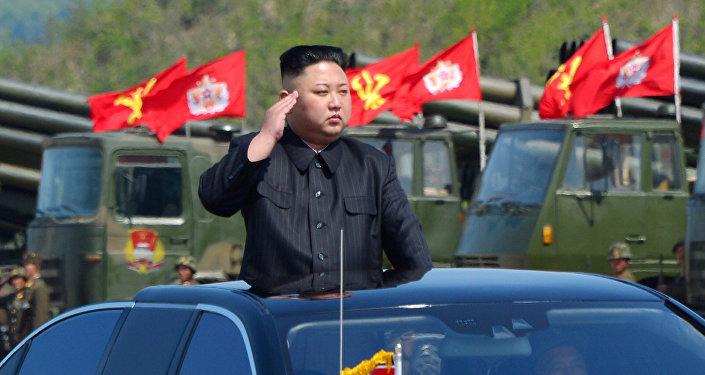Líder norte-coreano, Kim Jong-un, ao inspecionar tropas de artilharia
