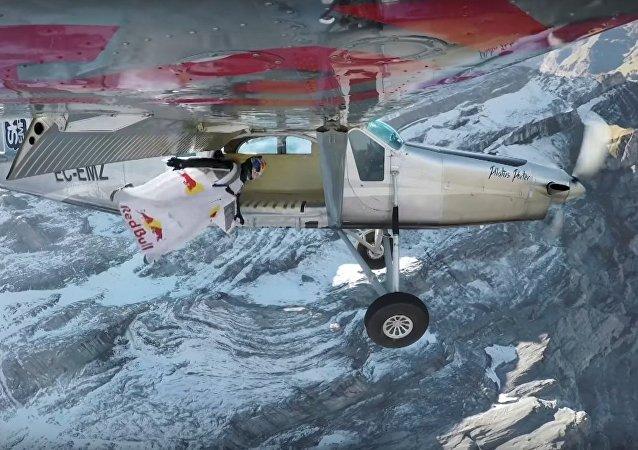 Franceses Fred Fugen e Vince Reffe repetem manobra de wingsuit de James Bond