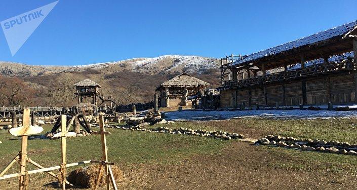 Barracas dos vikings no parque temático da Crimeia, perto da cidade de Simferopol