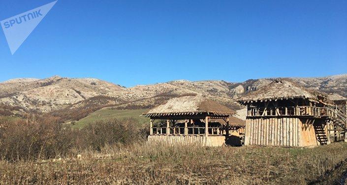 Barracas que representam casas comerciais e ferrarias no parque temático Viking na península da Crimeia