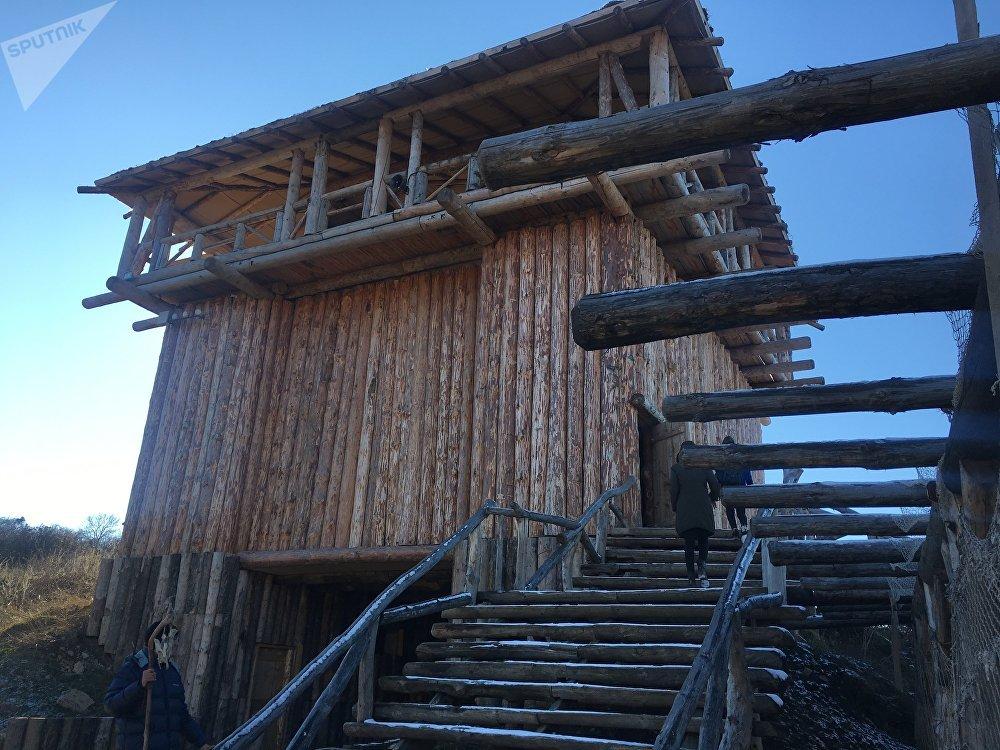 Uma das torres principais da aldeia viking que servia como fortificação contra inimigos e hoje em dia oferece uma vista deslumbrante para o parque temático Viking, na Crimeia