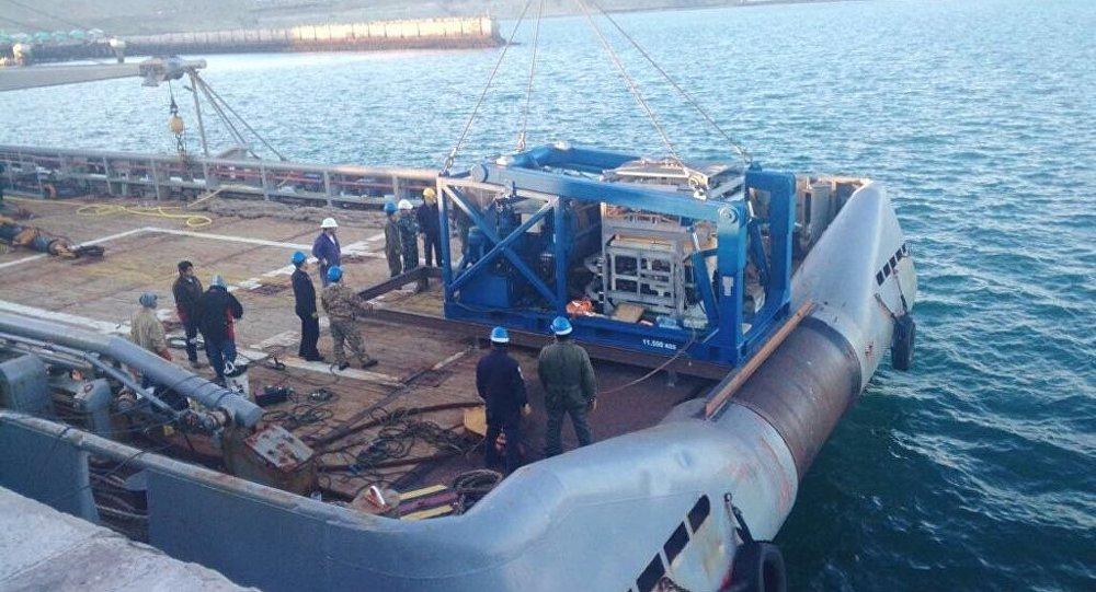 O navio Islas Malvinas, da Marinha argentina, com o submersível russo Pantera Plus