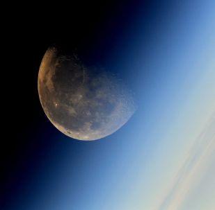 Imagem da Lua tirada pelo cosmonauta da agência federal espacial russa Roscosmos, Sergei Ryazansky, de bordo da Estação Espacial Internacional