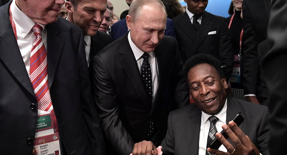 O presidente russo, Vladimir Putin, com o ex-jogador Pelé, na cerimônia do sorteio dos grupos da Copa do Mundo de 2018