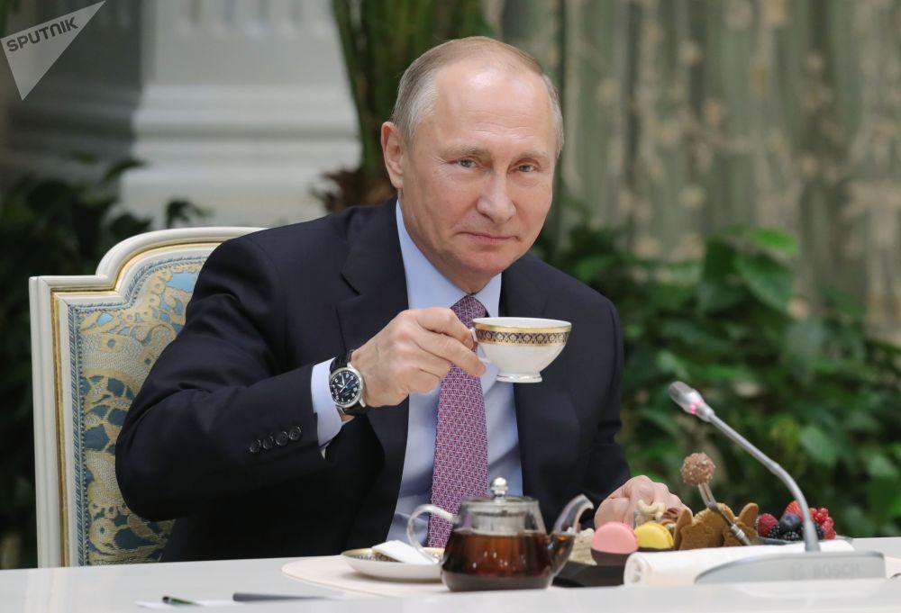 Presidente russo, Vladimir Putin, recebe vencedores do concurso Família do Ano