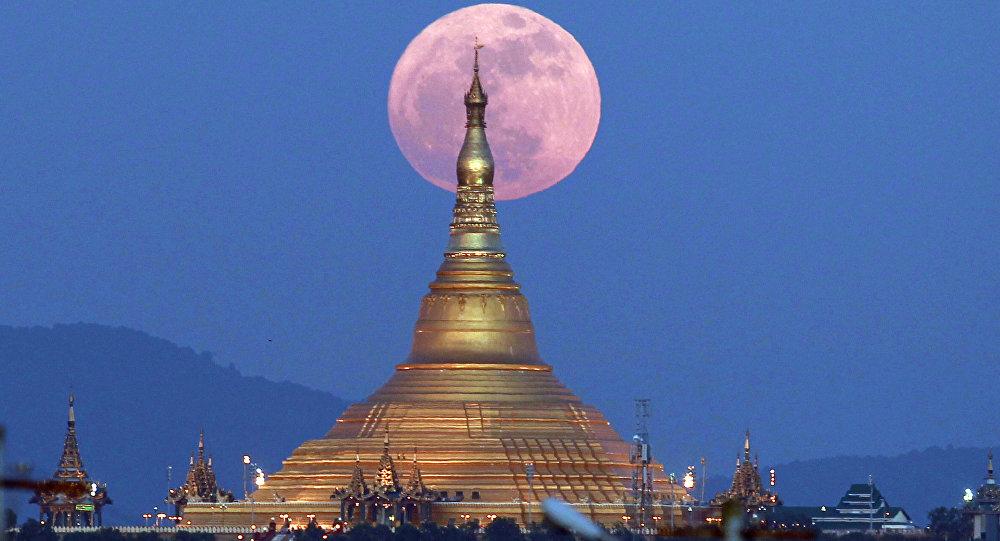 Lua nasce atrás do Pagode Uppatasanti, em Naypyidaw, Mianmar, em 3 de dezembro.