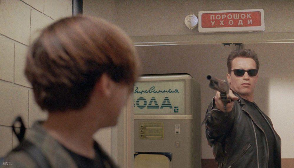 Exterminador, interpretado por Arnold Schwarzenegger, perto de uma máquina de refrigerantes típica dos tempos soviéticos