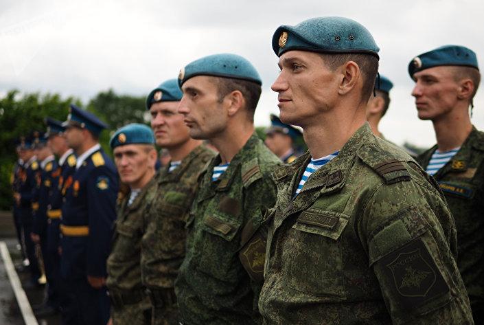 Tropas Aerotransportadas russas durante competições militares no polígono Raevsky, Novossibirsk
