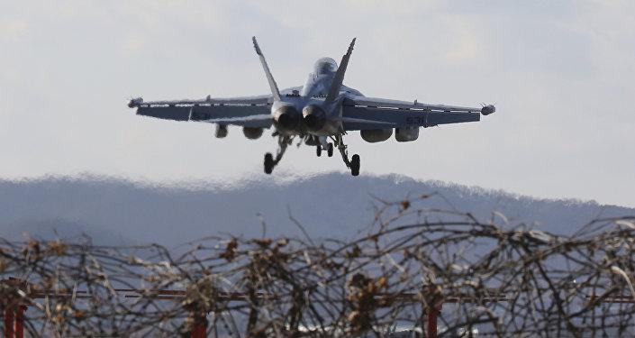 Avião de combate dos EUA EA-18G Growler se prepara para aterrissar na base aérea norte-americana em Pyeongtaek, Coreia do Sul, 4 de dezembro de 2017