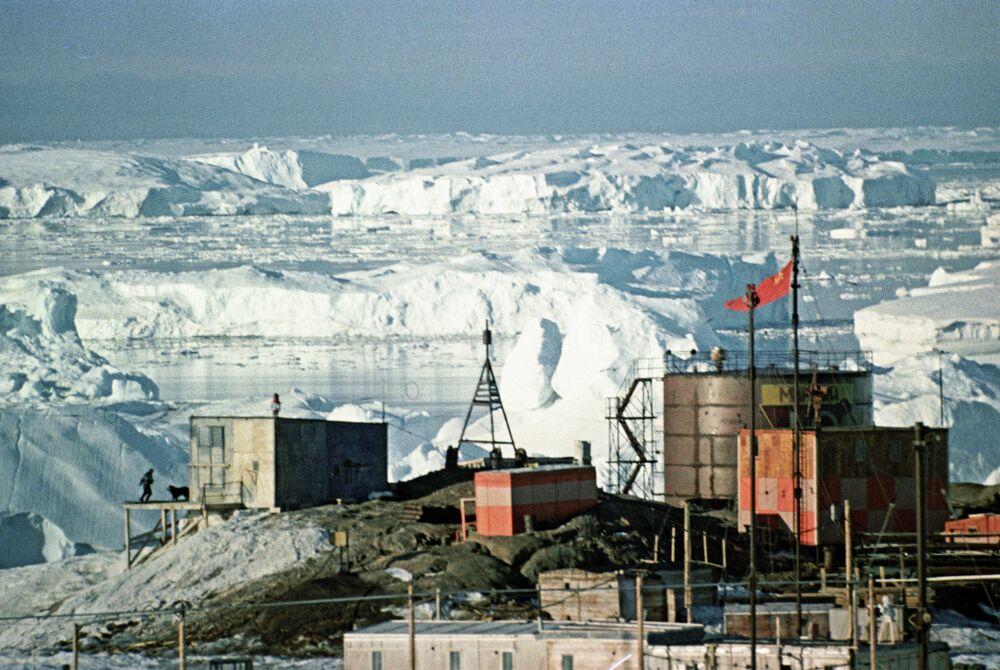 Primeiro observatório geofísico soviético Mirny na Antártida