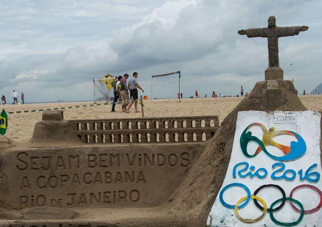 Escultura de areia na praia de Copacabana em homenagem aos Jogos Olímpicos de 2016, no Rio de Janeiro