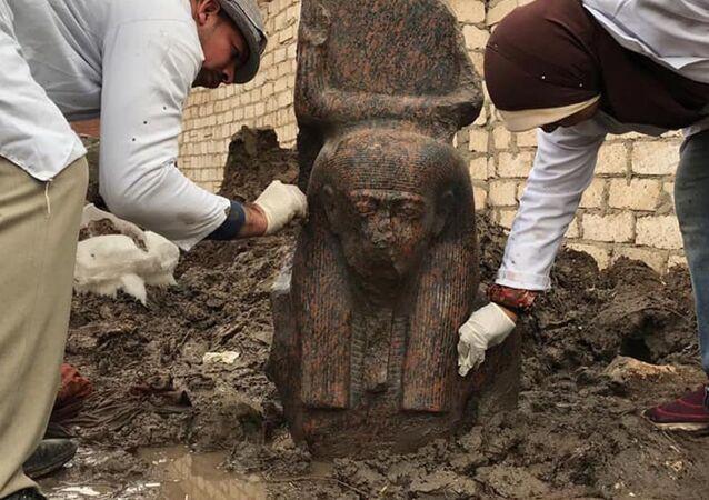 Uma rara estátua rosa do rei Ramsés II do Antigo Egito