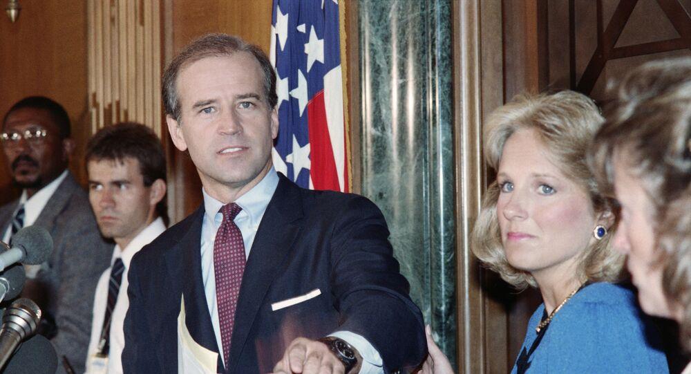 Senador norte-americano Joseph Biden, do Partido Democrata, anuncia em 23 de setembro de 1987 que se retira da corrida para a indicação presidencial democrata de 1988, enquanto sua esposa Jill segura seu braço