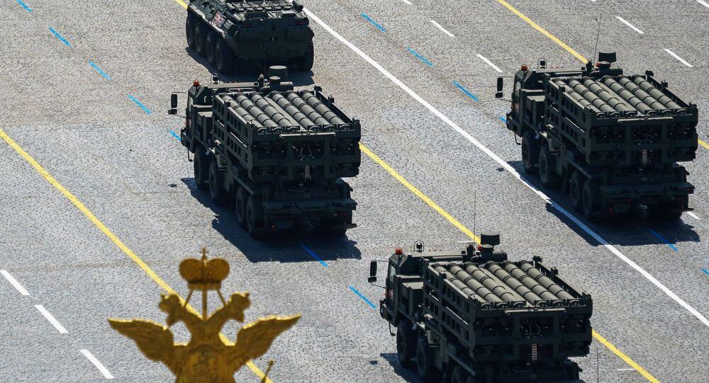 Sistemas de defesa antiaérea S-350 Vityaz durante a Parada dos 75 anos da Vitória, na Grande Guerra pela Pátria de 1941 a 1945, na Praça Vermelha, Moscou, 24 de junho de 2020