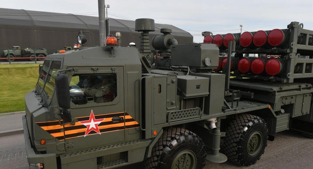 Sistema de defesa antiaérea S-350 Vityaz se dirigindo para o centro de Moscou para um ensaio noturno da Parada da Vitória