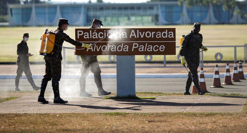 Funcionários do Exército desinfetam a placa do Palácio da Alvorada, em Brasília, 9 de julho de 2020