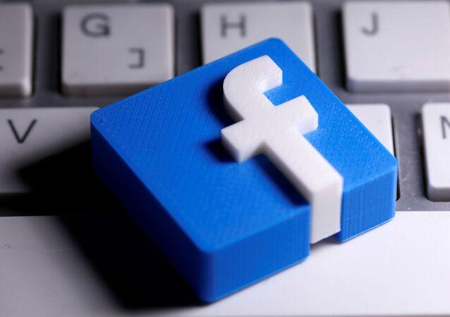 Logo da rede social Facebook, criado por impressora 3D, em foto tirada em 25 de março de 2020