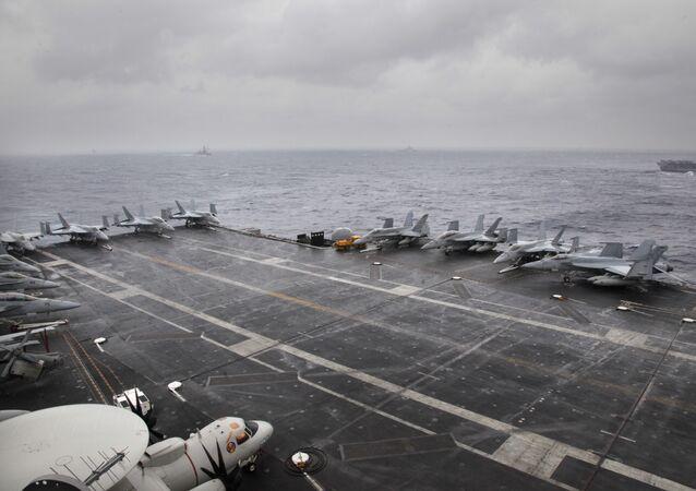 Aviões F-18 estacionados no porta-aviões USS Nimitz da Marinha dos EUA durante os exercícios trilaterais Malabar 2017 entre a Índia, Japão e EUA na Baía de Bengala, 17 de julho de 2017