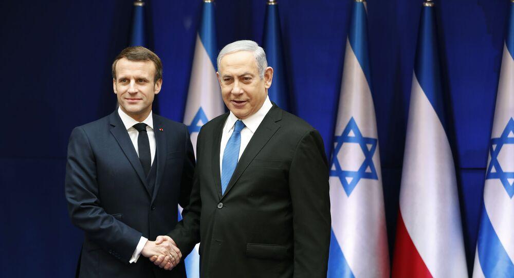 Presidente francês Emmanuel Macron e o premiê israelense Benjamin Netanyahu se cumprimentam em Jerusalém