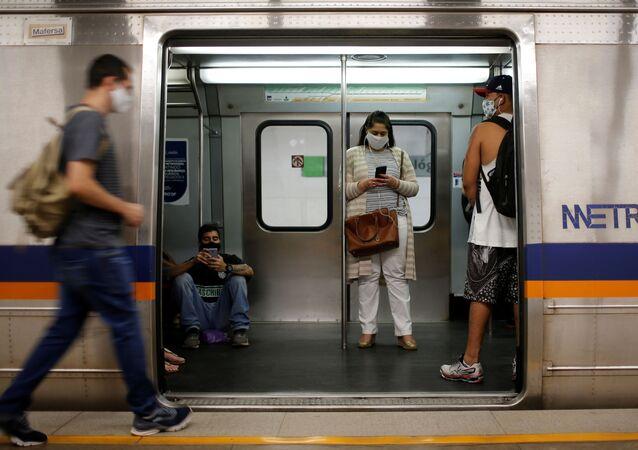 Passageiros usando máscaras no metrô em Taguatinga, Brasília, Brasil, 8 de julho de 2020