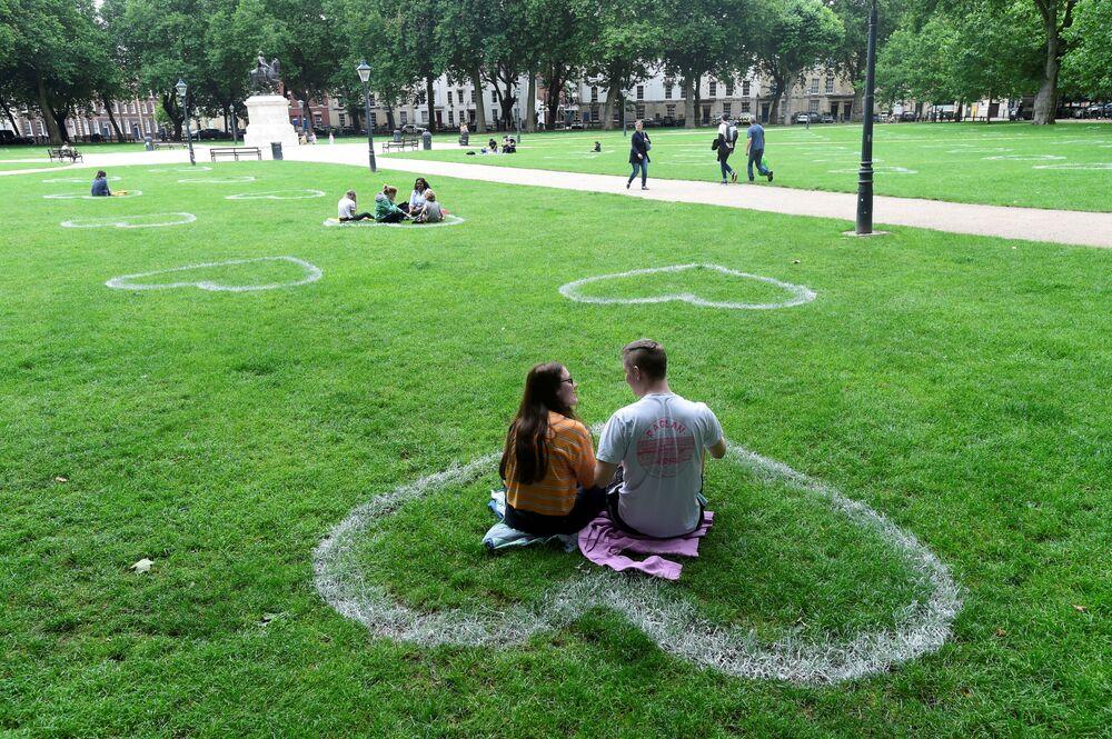 Corações desenhados pelo coletivo de artistas Upfest em um parque de Bristol, no Reino Unido