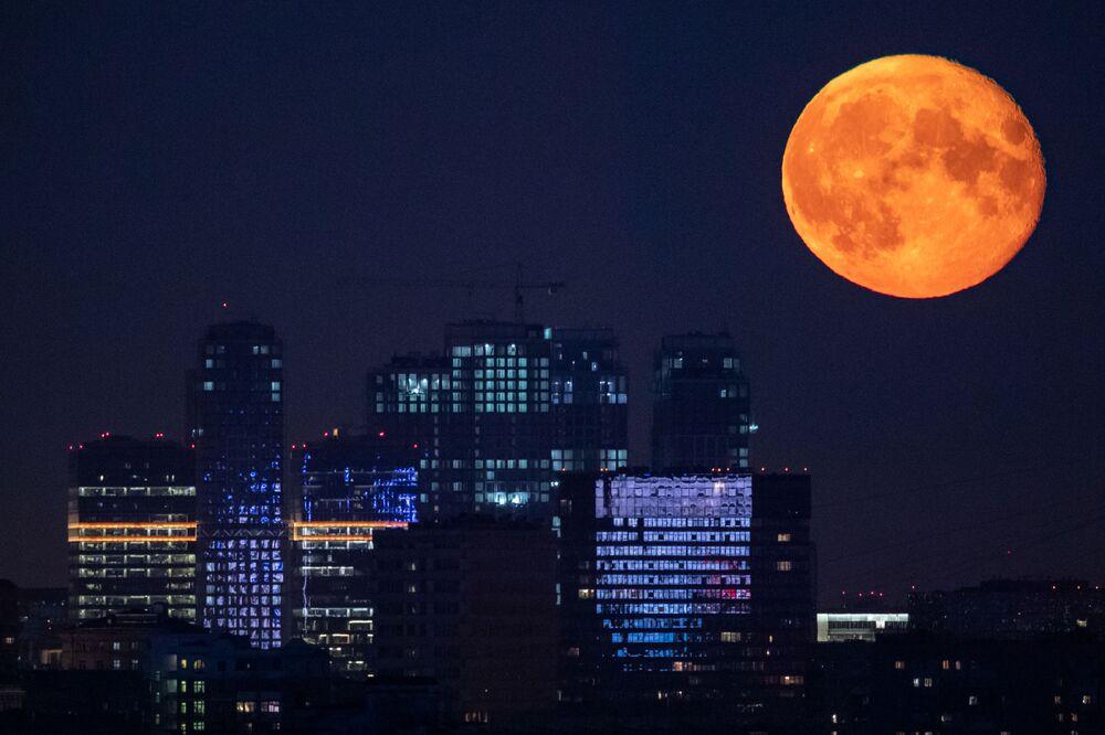 Céu noturno iluminado pela Lua em Moscou