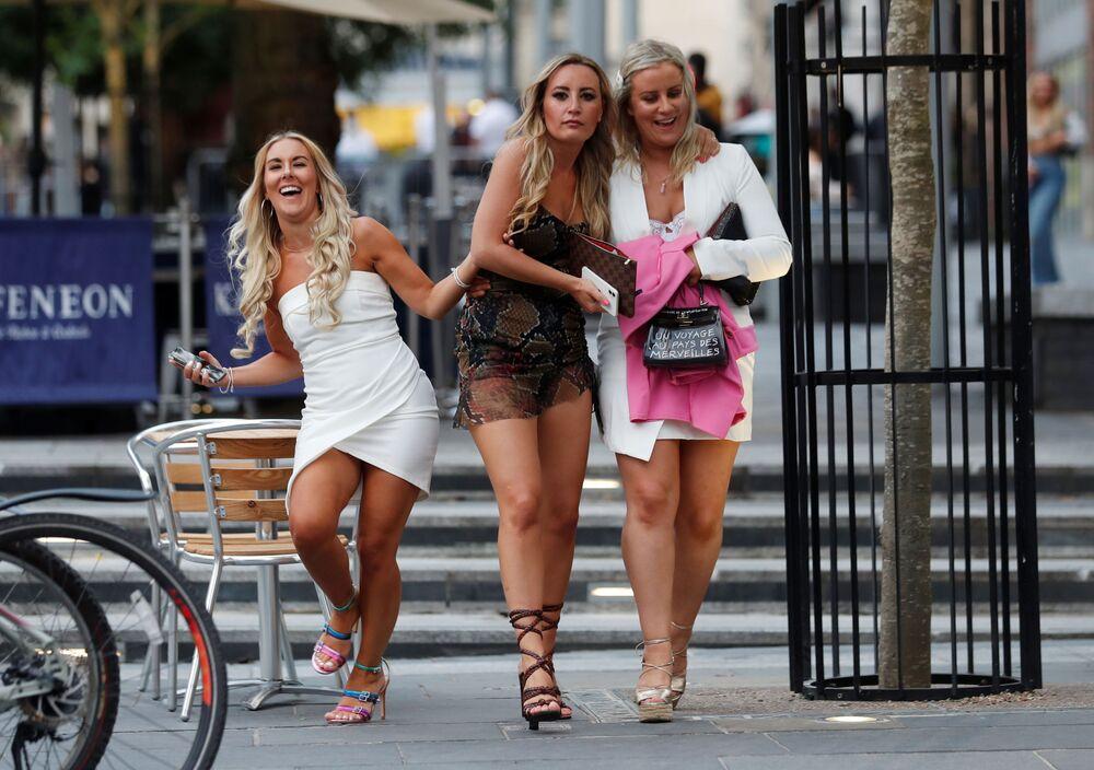 Mulheres desfrutam da reabertura dos bares em uma das ruas de Newcastle, no Reino Unido