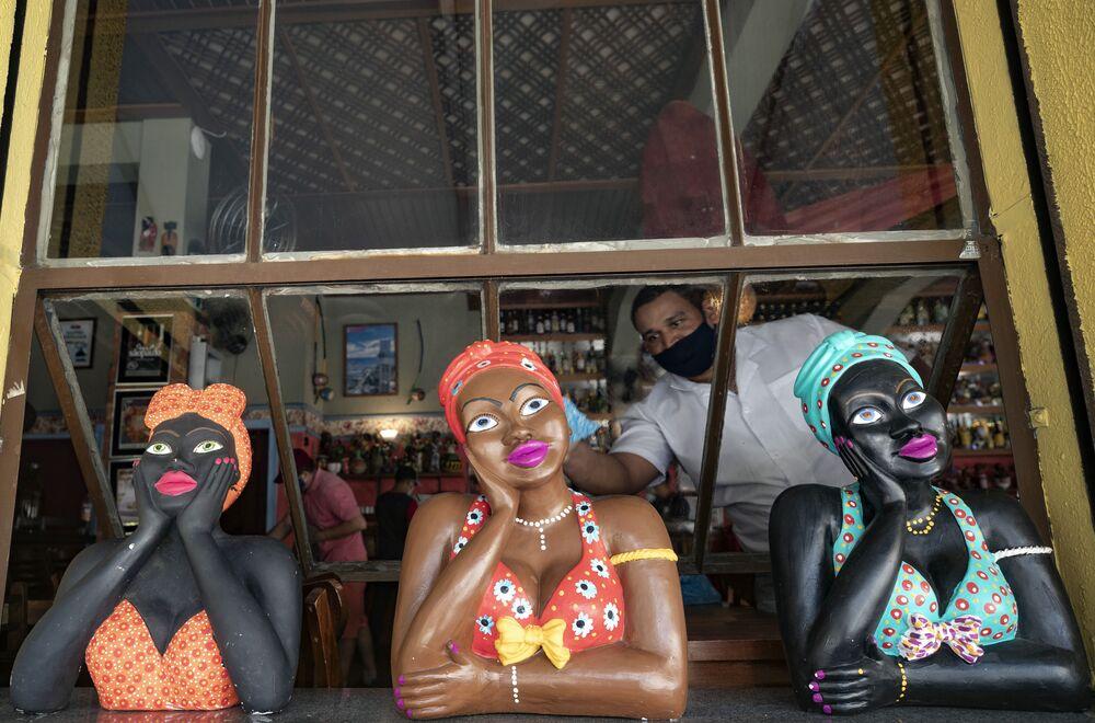 Restaurante aberto em São Paulo com bonecas tradicionais em sua janela