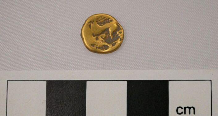 Moeda de ouro encontrada no sítio arqueológico no Reino Unido