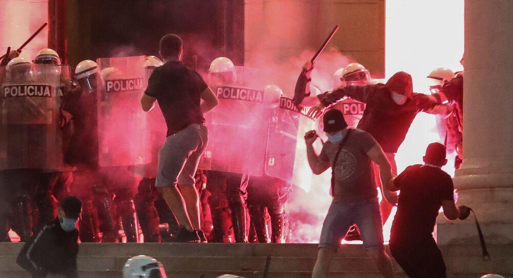Em Belgrado, manifestantes e policiais entram em confronto nas escadarias do parlamento da Sérvia, em meio a protestos contra medidas de restrição social devido à pandemia da COVID-19, em 10 de julho de 2020.