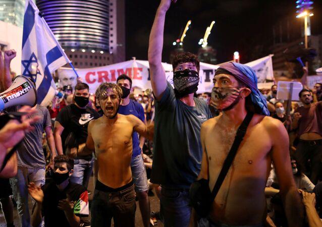 Em Tel Aviv, manifestantes protestam, em 11 de julho de 2020, em meio à crise econômica do novo coronavírus e exigem ações do governo israelense.