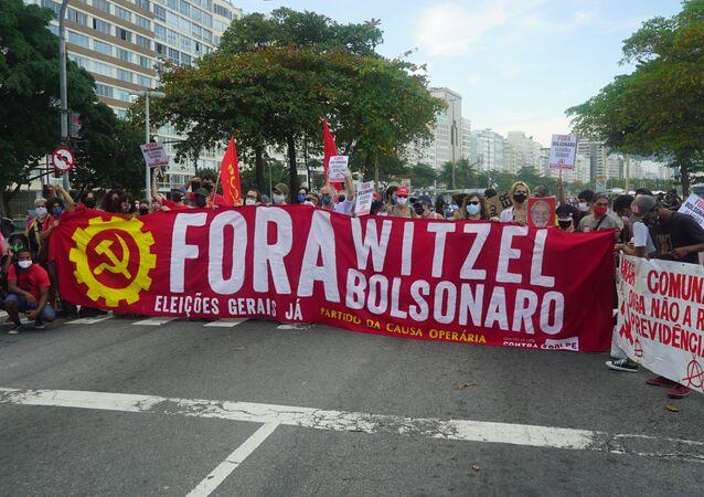 Protesto contra os governos do presidente Jair Bolsonaro e do governador Wilson Witzel em Copacabana, no Rio de Janeiro