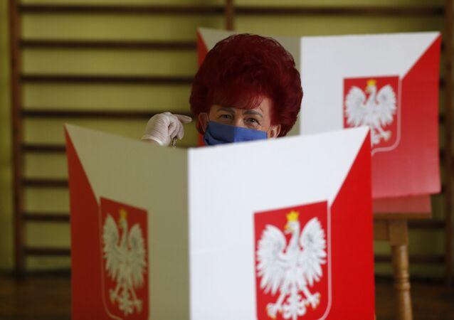 Mulher vota durante eleições na Polônia