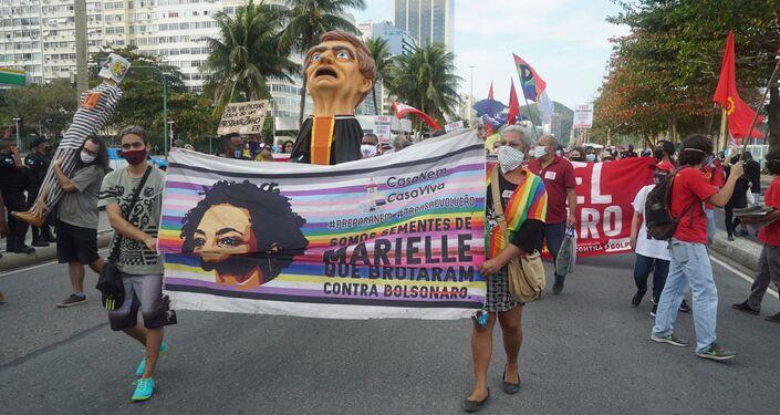 Bandeira em homenagem à vereadora assassinada Marielle Franco, durante protesto contra o governo no Rio de Janeiro