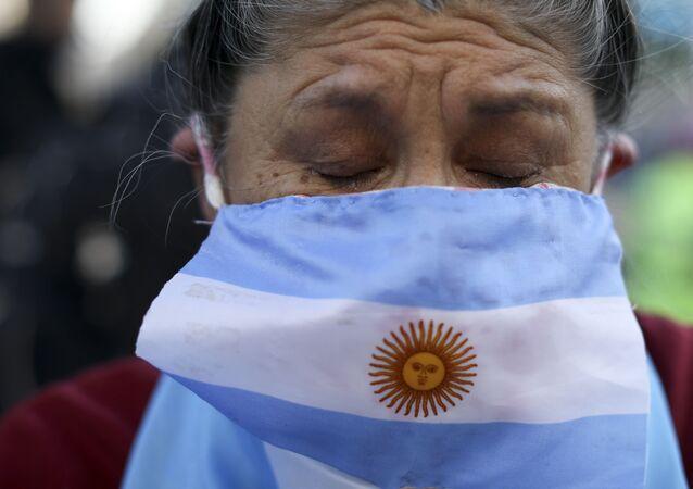 Manifestante pede o fim da quarentena na Argentina imposta em função do coronavírus